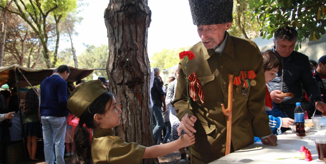В этот день недалеко от памятника Неизвестному солдату была организована полевая кухня, где каждый желающий мог подкрепиться солдатской кашей и выпить крепкого чая