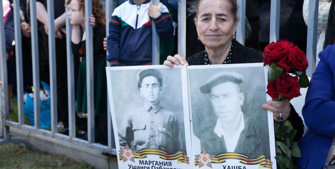 На фото: Участница акции «Бессмертный полк». Более сотни человек пронесли фотографии своих близких – участников ВОВ – во время шествия «Бессмертного полка».