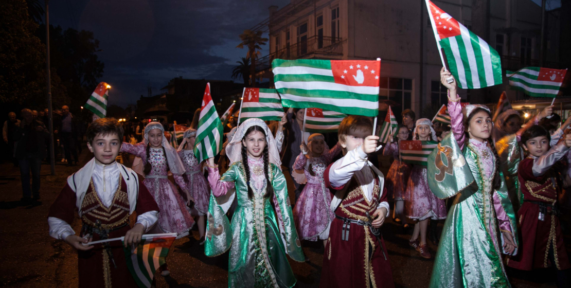 В День памяти и скорби по жертвам Кавказской войны в Сухуме прошло шествие по набережной Махаджиров.