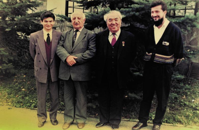 Первый снимок после ОВНА, слева направо: Вячеслав Илюмжинов, Баграм Шинкуба, Давид Кугультинов, внук Баграта Леван Микаа, Нальчик