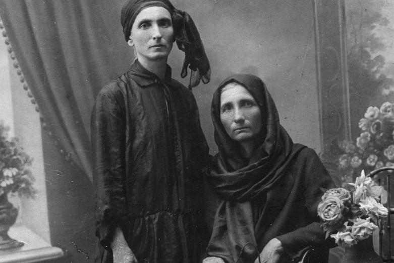 На фото сидит: мать Баграта Шинкуба, Джарымхан Адлейба-Шинкуба
