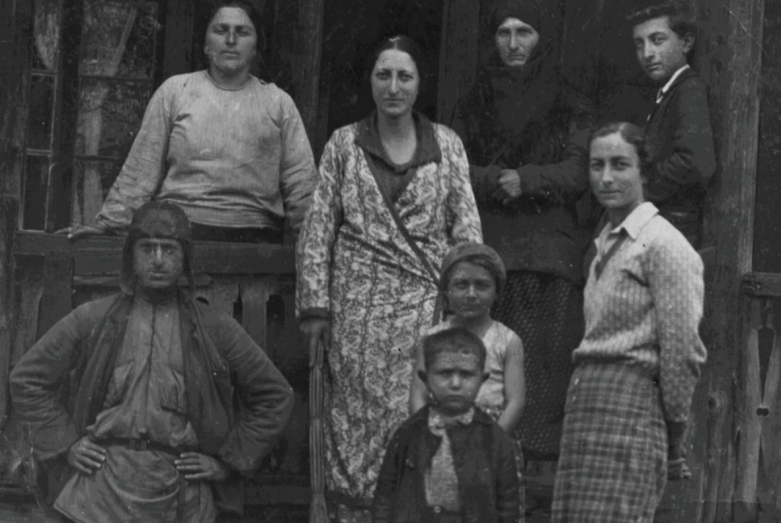 Баграт с матерью и сестрами, село Члоу, 1932 год
