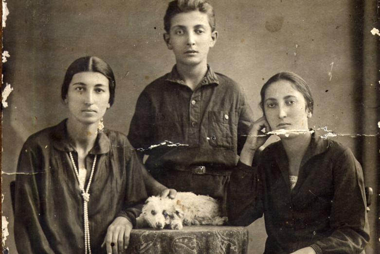 Баграт Шинкуба с сестрами Тамарой и Дусей, Сухум, 1931 год