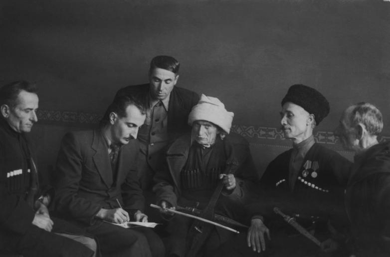 Баграт Шинкуба среди абхазских сказителей Куарсантелом Адамиа, Мааданом Саканиа и директора Дома народного творчества Иваном Кортуа, 1954 год