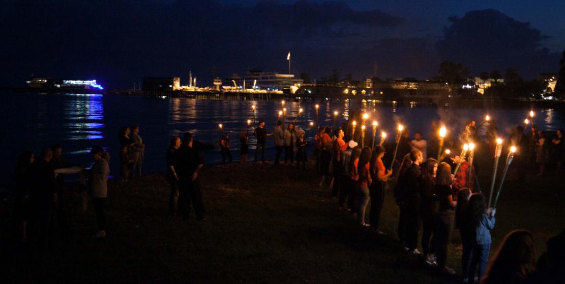 Традиционно памятные мероприятия 21 мая проводятся в Сухуме у берега моря с наступлением сумерек. Молодые люди несут факелы.
