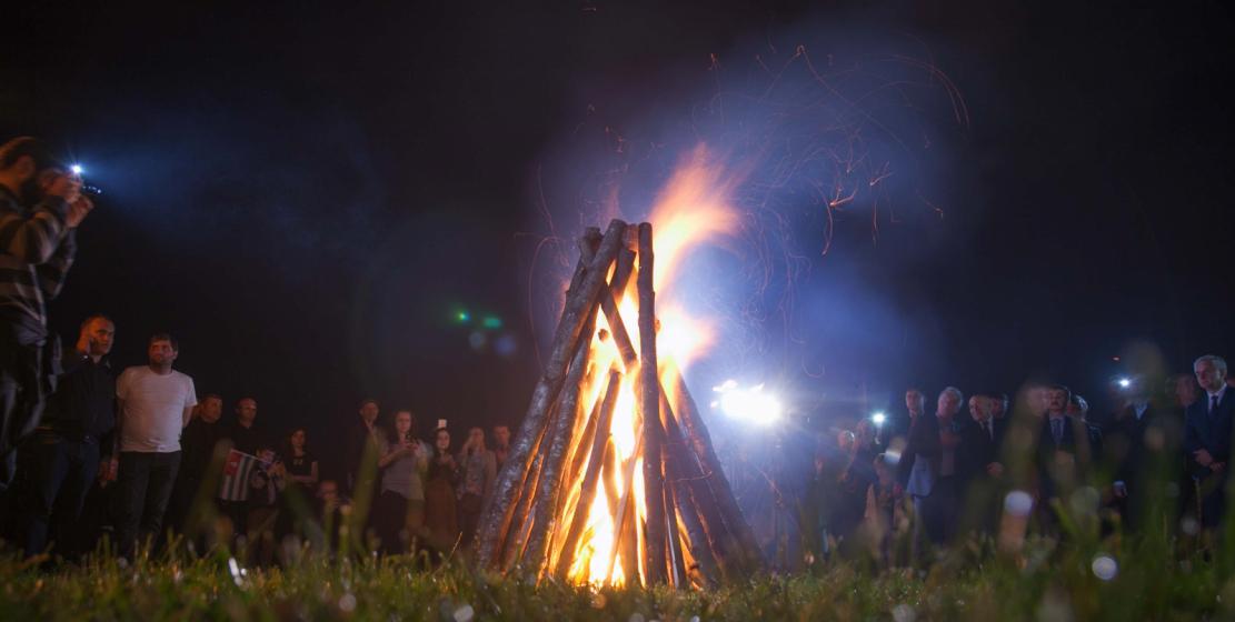 Участники акции зажгли у берега Огонь памяти.