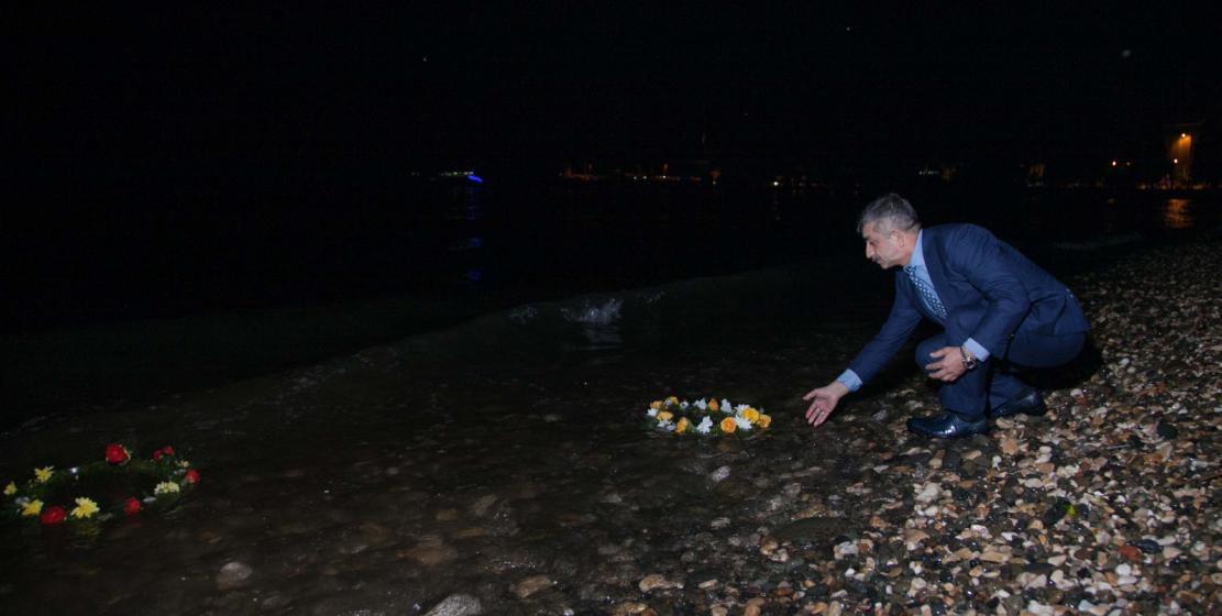 Глава Всемирного абхазо-абазинского конгресса Мусса Экзеков опустил на воду памятный венок.