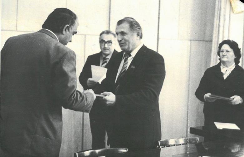 Председатель Президиума Верховного Совета Абхазской АССР Валериан Кобахия вручает Шалодии Аджинджал орден Дружбы народов