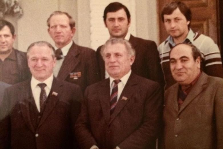 Валериан Кобахия (в центре)