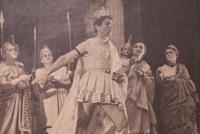 Сцена из спектакля Еврипида «Медея», постановка Г. Суликашвили, Шарах Пачалиа в роли Ясона (в центре). Фото публикуется впервые