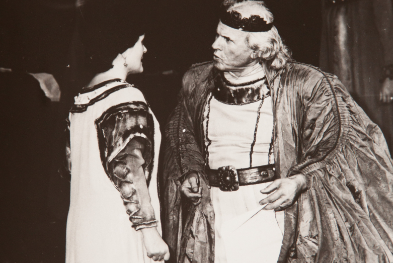 Виолетта Маан и Шарах Пачалиа, сцена из спектакля.Фото публикуется впервые