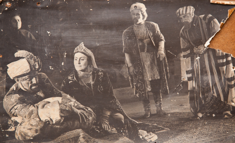 Сцена из спектакля Александра Сумбаташвили-Южина «Измена», постановка Шараха Пачалиа, в роли Отар-бега Шарах Пачалиа. Фото публикуется впервые