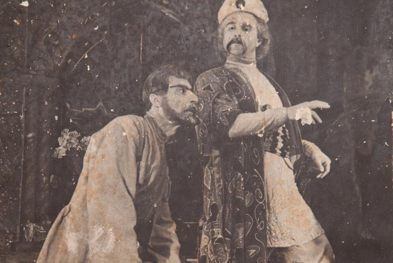 Сцена из спектакля Александра Сумбаташвили-Южина «Измена», постановка Шараха Пачалиа. На фото: слева Азиз Агрба и Шарах Пачалиа. Фото публикуется впервые