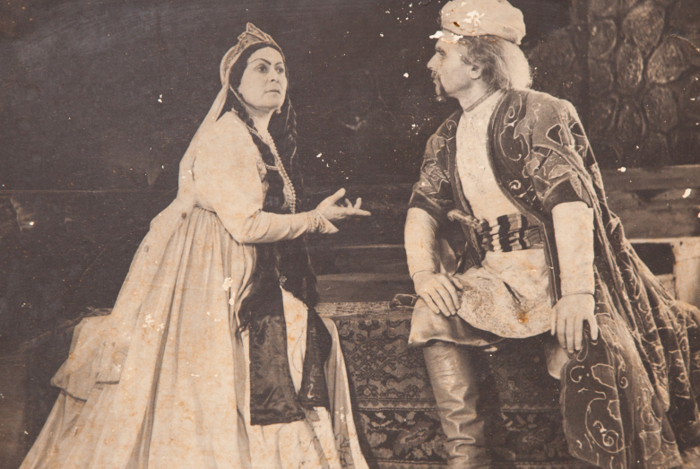 Сцена из спектакля Александра Сумбаташвили-Южина «Измена». На фото: Минадора Зухба и Шарах Пачалиа. Фото публикуется впервые