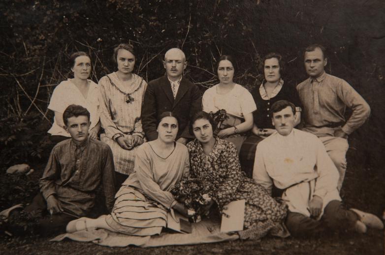 قبل التسجيل في الكلية. في الصورة من اليمين إلى اليسار في الصف الأول: كونستانتين شاكريل، إل. غودجافا، تمارا غيتسبا، غير معروف؛ في الصف الثاني من اليمين إلى اليسار: بانتشيينكو، غير معروف، ز. تارنافا، ليبيديف، غير معروف، يو.ن ليبيديفا، ليخني في العام 1932