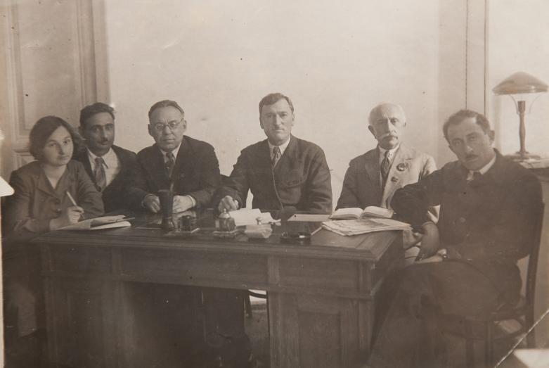 في الصورة من اليسار إلى اليمين: زينايدا مورينا (كانوبيدي)، فاسيلي (ميشا) معن، أندريه تشوتشوا، كونستانتين شاكريل، ديرميت جوليا، جورجي شاكرباي، سوخوم، 1939-1941