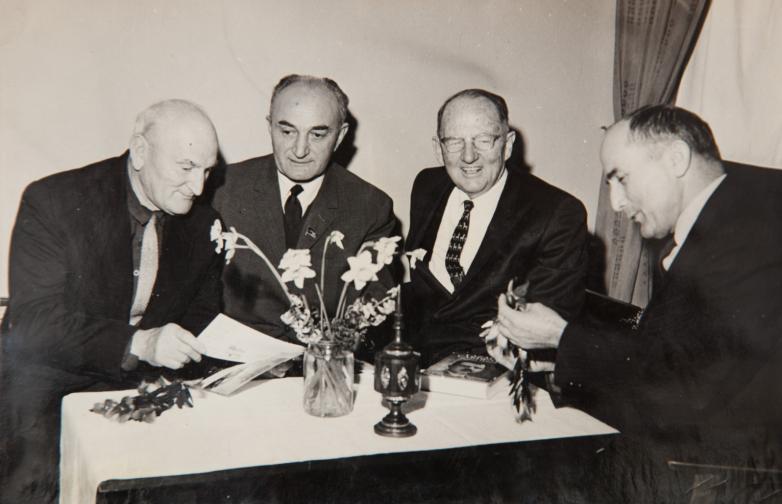 في الصورة من اليسار إلى اليمين: قنسطنطين شاكريل، غيورغي دزيدزاريا، العالم اللغوي الأمريكي ويليام كاميرون تاونسيند، شالفا إينال إيبا، سبعينيات القرن العشرين