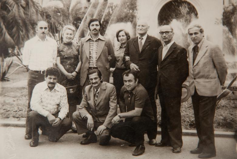يقف من اليسار إلى اليمين: رومان تشانبا، تمارا شاكريل، غير معروف، نيلي أرشبا، شاكريل، شالفا إينال إيبا، ترابش (مواطن من تركيا) ؛ الجلوس من اليسار إلى اليمين: غيورغي شامبا، فلاديمير أغربا، يوري أرغون، سوخوم، يونيو 1978