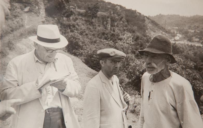 كونستانتين شاكريل وشالفا إنال ايبا مع الراوي دبار إسنات كياغوفيتش في قرية بزيب