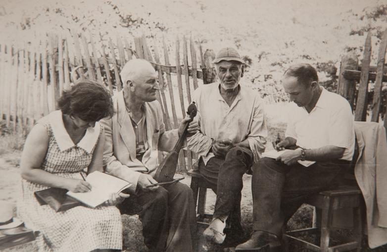 في الصورة من اليسار إلى اليمين: ليلي شامبا أكابا، كونستانتين شاكريل، كوتا لازوفيتش أغوما (الراوي)، شالفا إينال إيبا. قرية لزاعة