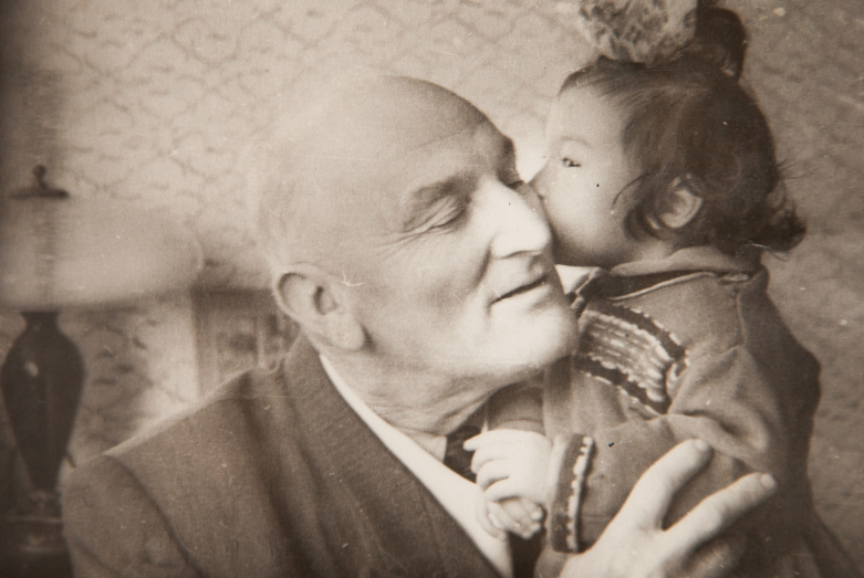 كونستانتين شاكريل مع حفيدته اسماء، 1962