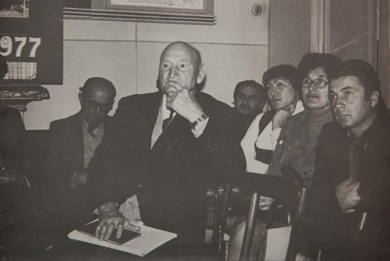 الجلسة العلمية للمعهد الأبخازي للغات والأدب والتاريخ. في الصورة من اليسار إلى اليمين: شالفا إينال- آيبا، كونستانتين شاكريل، غير معروف، سيرما أغربا، ريما خاشبا، بوتشا أدجينجال، 1980