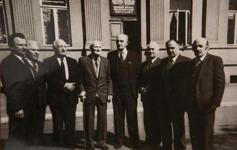 من اليمين إلى اليسار في الصورة: نيكوالا خاشيغ، باجغور ساغاريا، باغرات شينكوبا، كونستانتين شاكريل، غيورغي دزيدزاريا، أليكسي جونوا، شوتا سالاكايا، جورجي ليجاافا، أبريل 1988