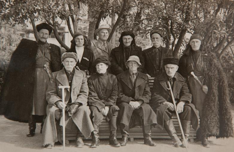 مع رواة القصص الأبخاز، الثالث من اليسار كونستانتين شاكريل، الثاني من اليسار يجلس الراوي أنطون بيليا، 1969