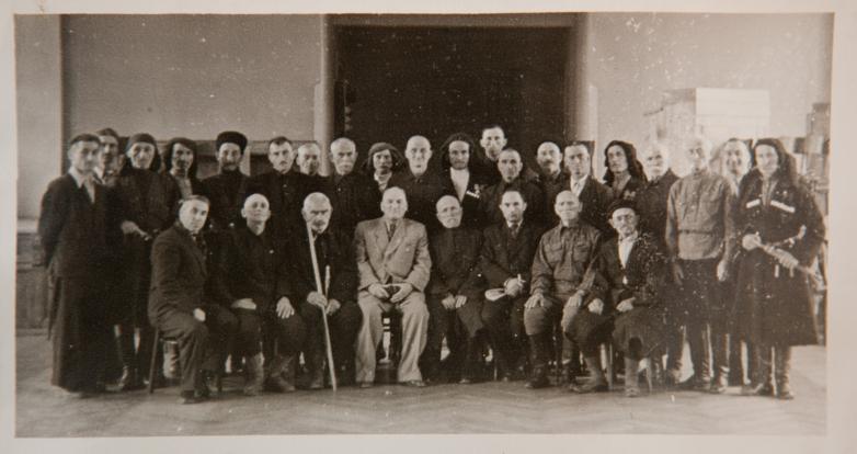في الصورة: من اليسار إلى اليمين جلوسا، الاول يجلس إيفان كورتوا، والرابع كونستانتين شاكريل