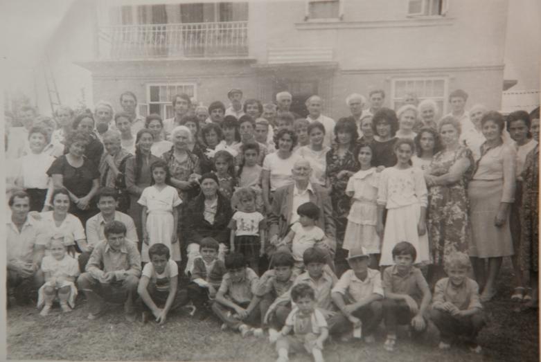 تجمع عشيرة شاكريل، في الوسط، كونستانتين شاكريل، قرية كولانيرخهوا، 23 أغسطس 1987
