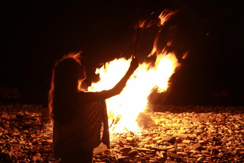 Участники акции зажгли у берега Огонь памяти