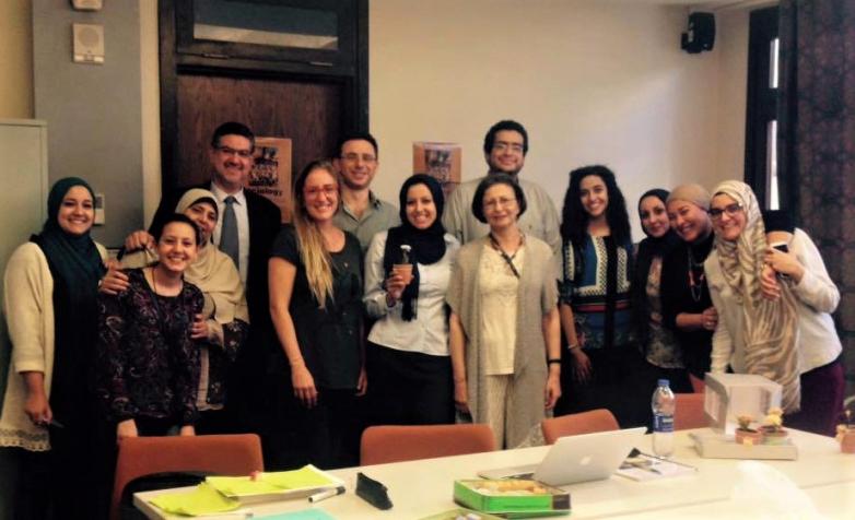 На фото: крайняя слева - дочь Мухаммеда, Джихад Абаза. В день защиты степени магистра в области антропологии в Американском университете Каира, май 2016 года