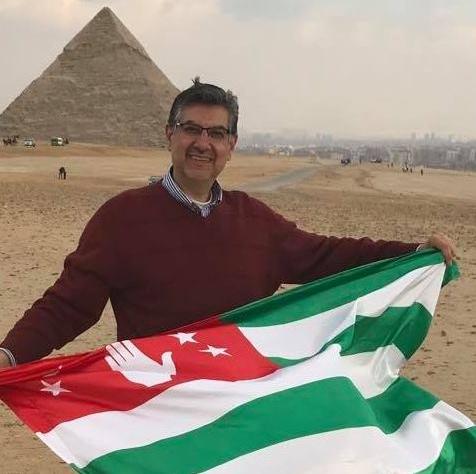 На фото: Мухаммед Абаза с абхазским флагом среди египетских пирамид, февраль 2019 года