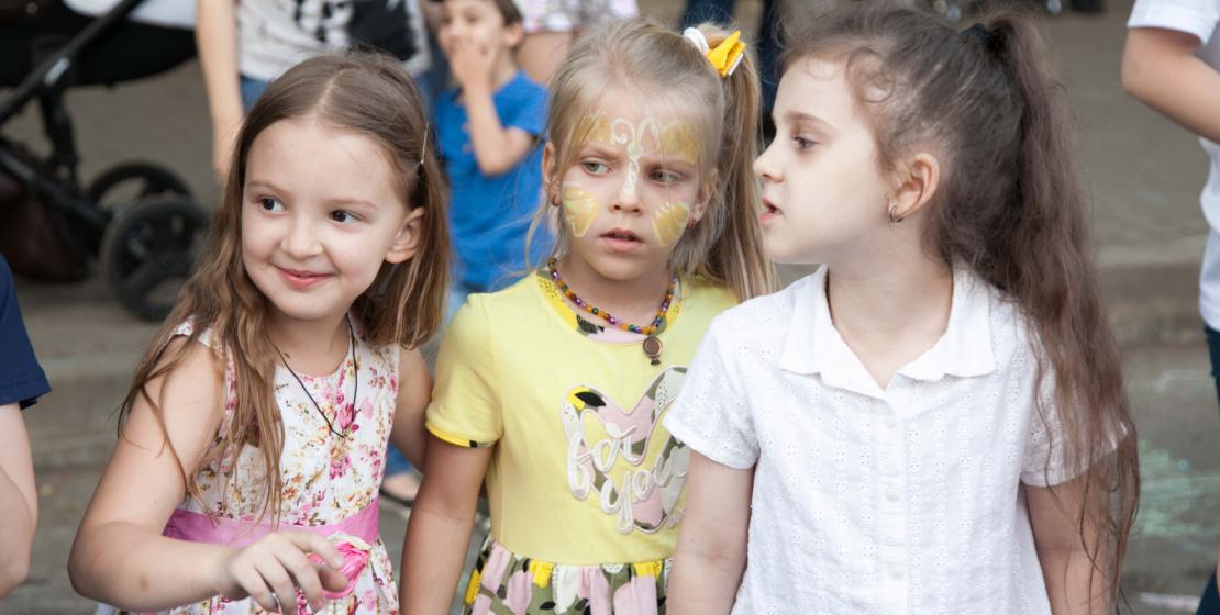 Популярностью пользовалась студия аквагрима, где на лица детей наносили образы любимых героев из мультфильмов.