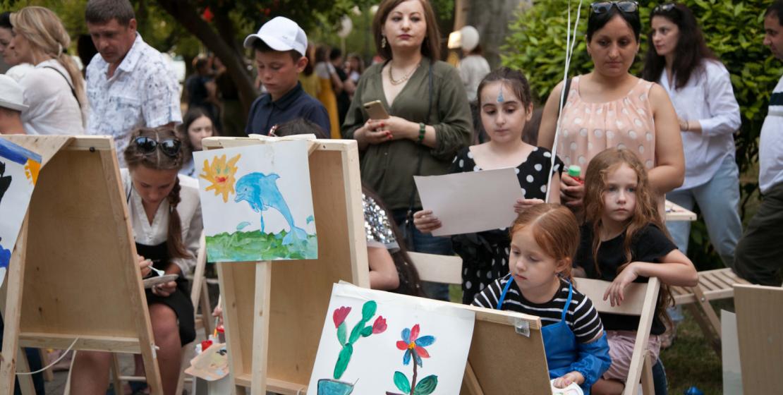 Мольберты, краски и кисти стали центром притяжения для многих детей. У них была возможность рисовать под чутким присмотром профессионалов из Арт-студии «Сальвадор»
