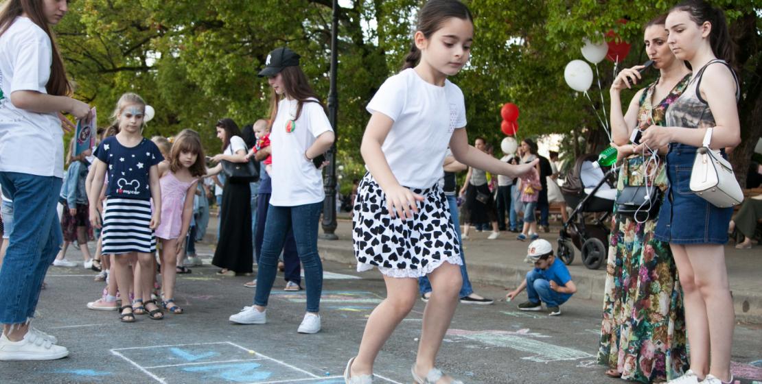 Классики - старинная детская игра на асфальте – стала частью развлекательной программы для детей.