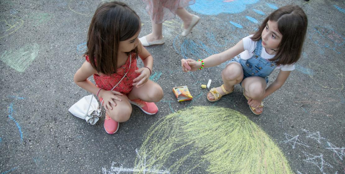 Дети рисовали и мелом на асфальте.