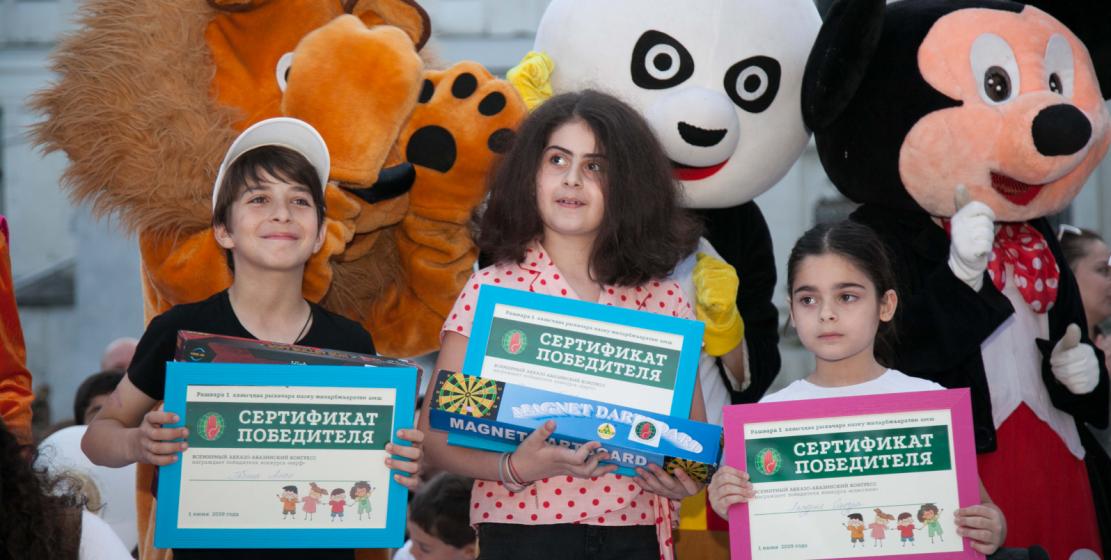 На фото: победители конкурсов, проведенных ВААК. Лучшим в игре в нерф стал Алан Габния, в дартс - Дамиана Бигвава, в классики - Сандра Ласурия.