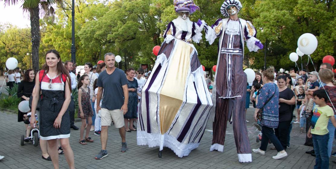 Гостей праздника на протяжении всего вечера развлекали ходулисты.