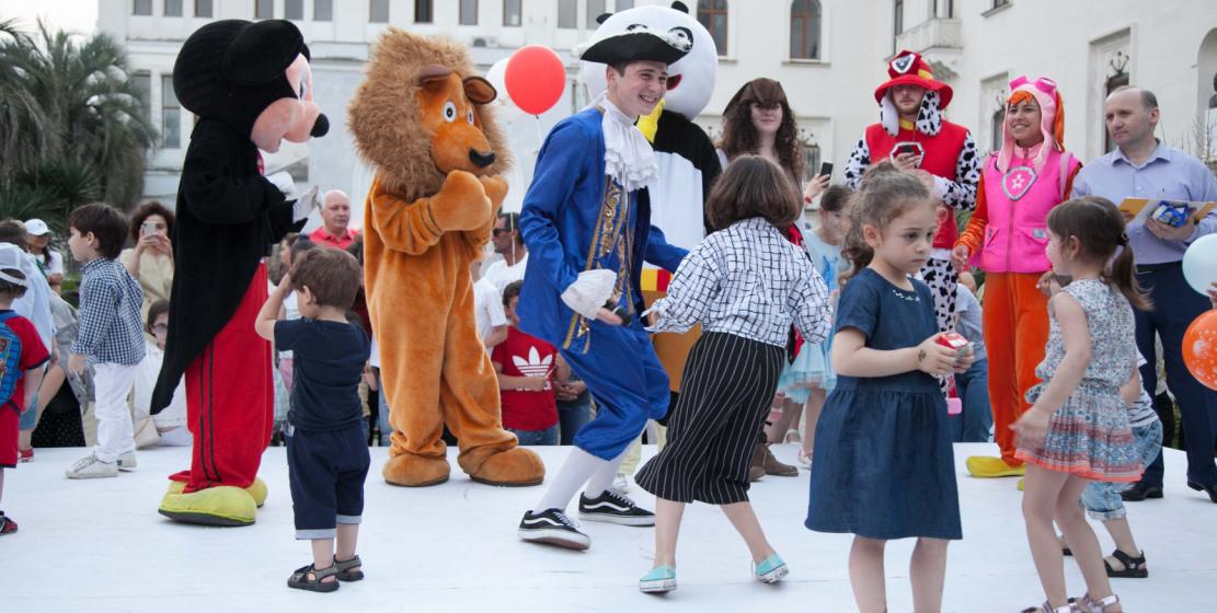Детей также развлекали ростовые куклы в костюмах героев известных мультфильмов – Микки Мауса, льва Алекса, Кунг-фу Панды, трансформера Бамблби, а также ходулисты и фокусник.