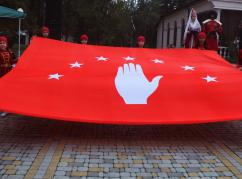 Abhaz-Abaza ulusu temsilcilerinin Devlet Bayrağını seremoni ile taşımasından sonra kutlama törenleri başladı.