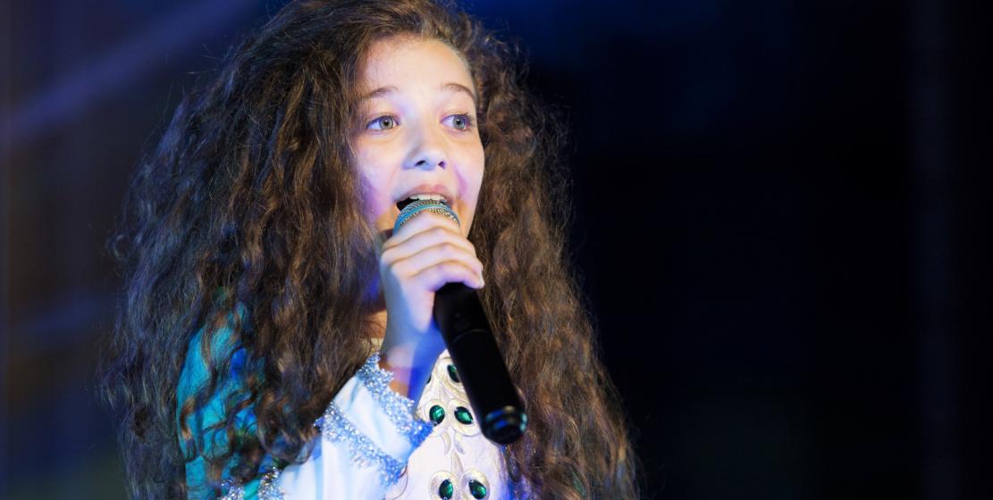 """Kutlama törenlerinde genç Abhaz """"yıldız"""" Saniya Taniya sahne aldı."""