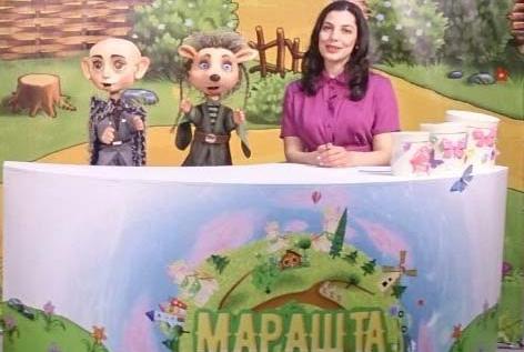 Аза Чеченова со своими сказочными героями в студии программы «Марашта»