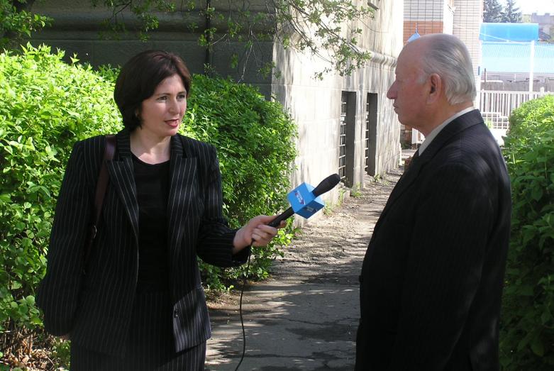 Белла Такушинова берет интервью у писателя и журналиста Николая Мураткова