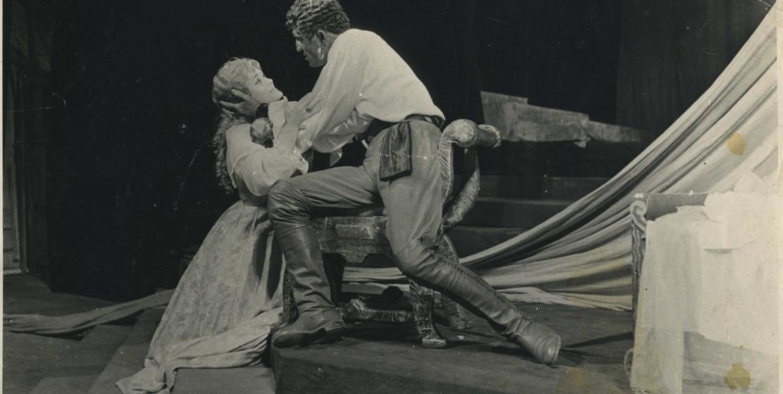 Виолетта Маан и Нурбей Камкиа в роли Отелле в спектакле «Отелло» по пьесе Уильяма Шекспира в постановке Нелли Эшба, 1962-1963 годы