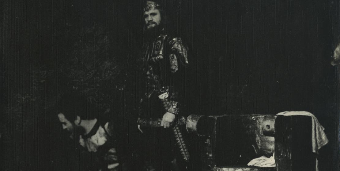 Сцена из спектакля «Затмение солнца», 1971 год. На фото: Анзор Мукба и Нурбей Камкиа в роли царя Рисмага