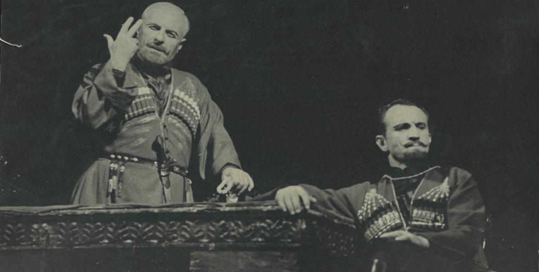 Лео Касландзия и Нурбей Камкиа в спектакле «Песня о скале», 1974 год
