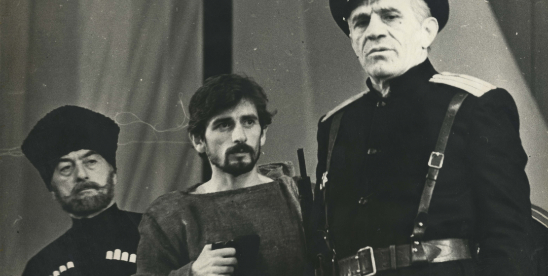 Сцена из спектакля «4 марта» по пьесе Шалодии Аджинджал, режиссера Георгия Кавтарадзе. На фото: Чинчор Джениа, Рауль Кове, Нурбей Камкиа, 1991 год