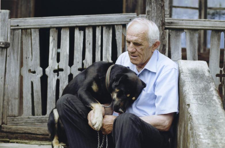 Нурбей Камкиа в отцовском доме в селе Адзюбжа, 2003-2004 годы