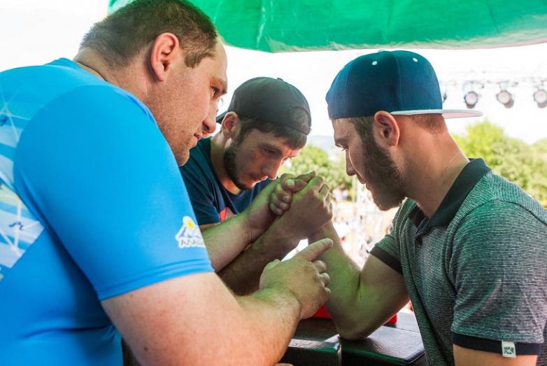 Сильнейшие приняли участие в армреслинге. Желающих попробовать свои силы в этом виде спорта было очень много.